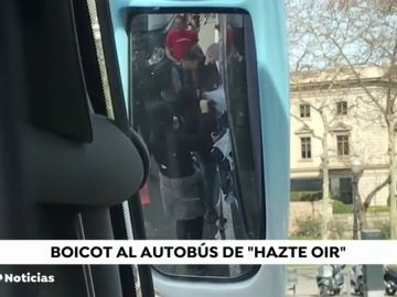 Los CDR boicotean y cortan el paso al autobús de HazteOir en la Avenida de la Diagonal de Barcelona