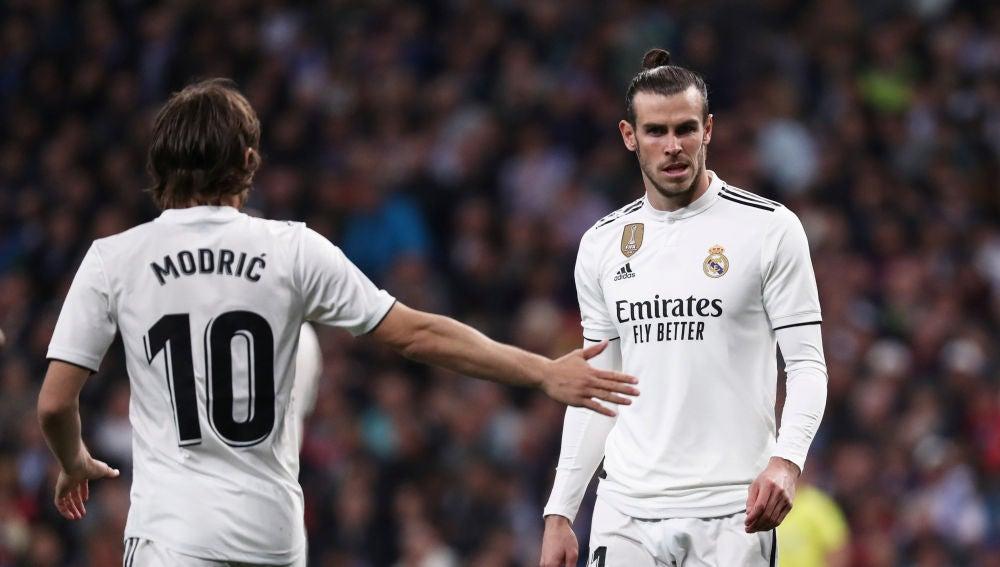 Luka Modric da la mano a Gareth Bale