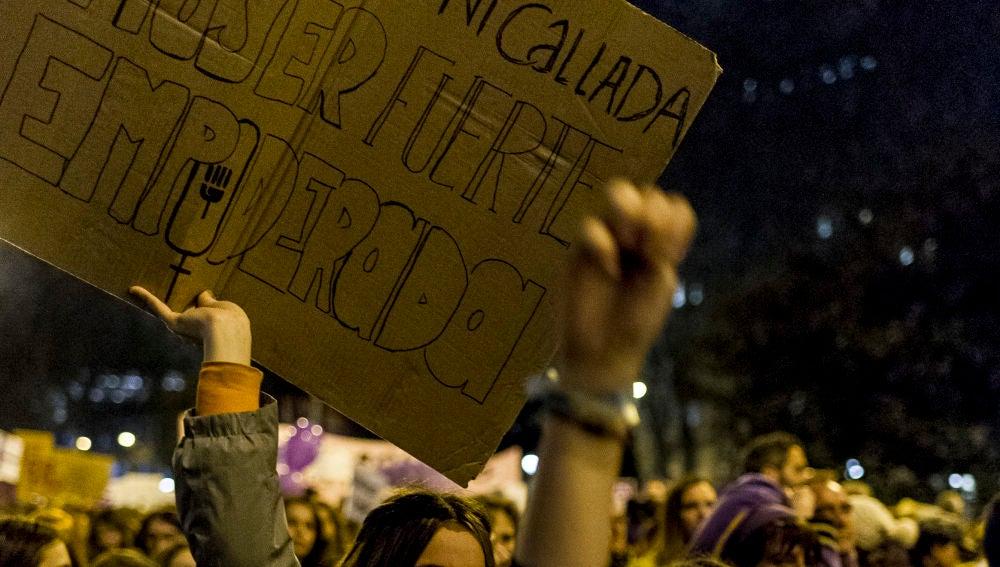Una manifestante sostiene una pancarta durante el 8M.