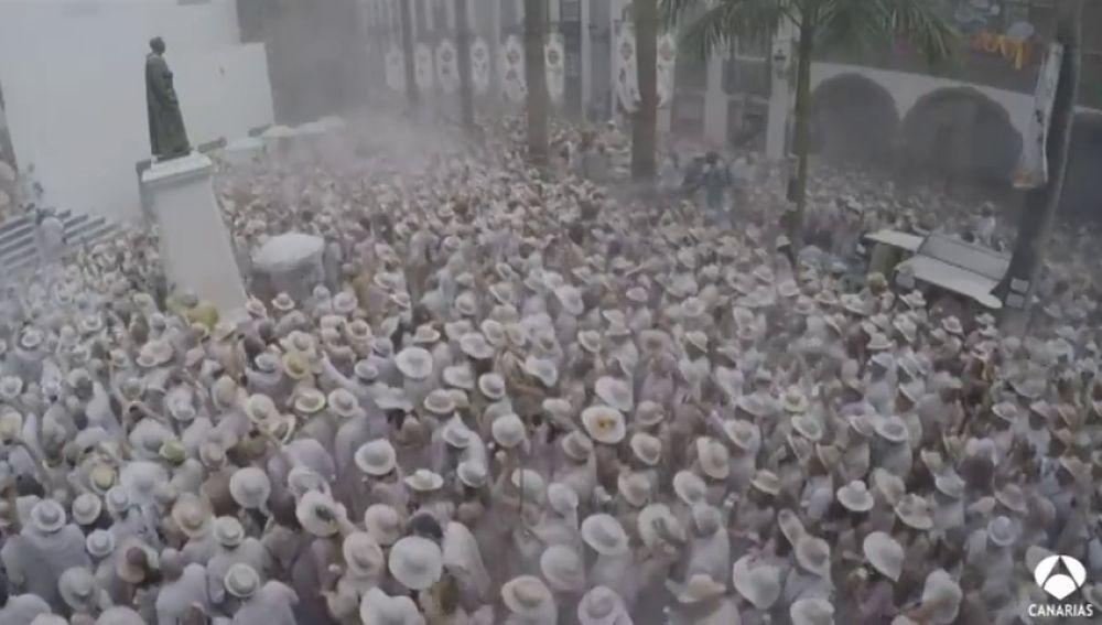 Los Indianos inundan de polvos talco Santa Cruz de La Palma