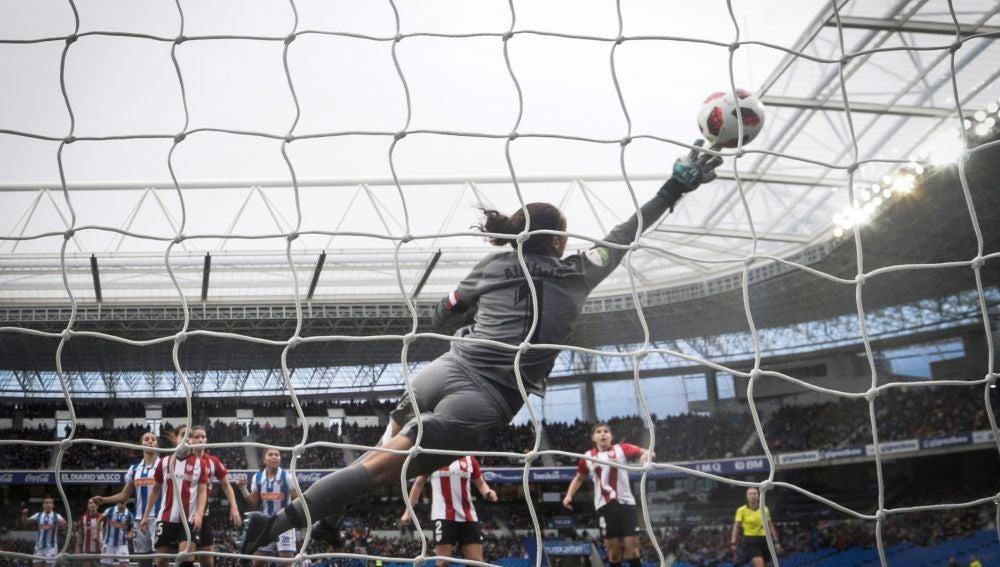 Ainhoa despeja un lanzamiento en el estadio de Anoeta