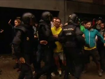 """La Audiencia de Barcelona ordena investigar la """"desmesurada violencia"""" de algunos policías el 1-O"""