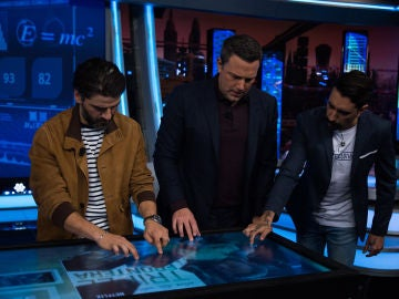 Ben Affleck y Oscar Isaac prueban una pantalla multitáctil