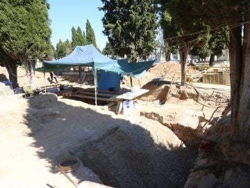 Excavación de la fosa común en el cementerio de El Carmen encontrada por la Asociación para la Recuperación de la Memoria Histórica en la que hay al menos 130 cuerpos