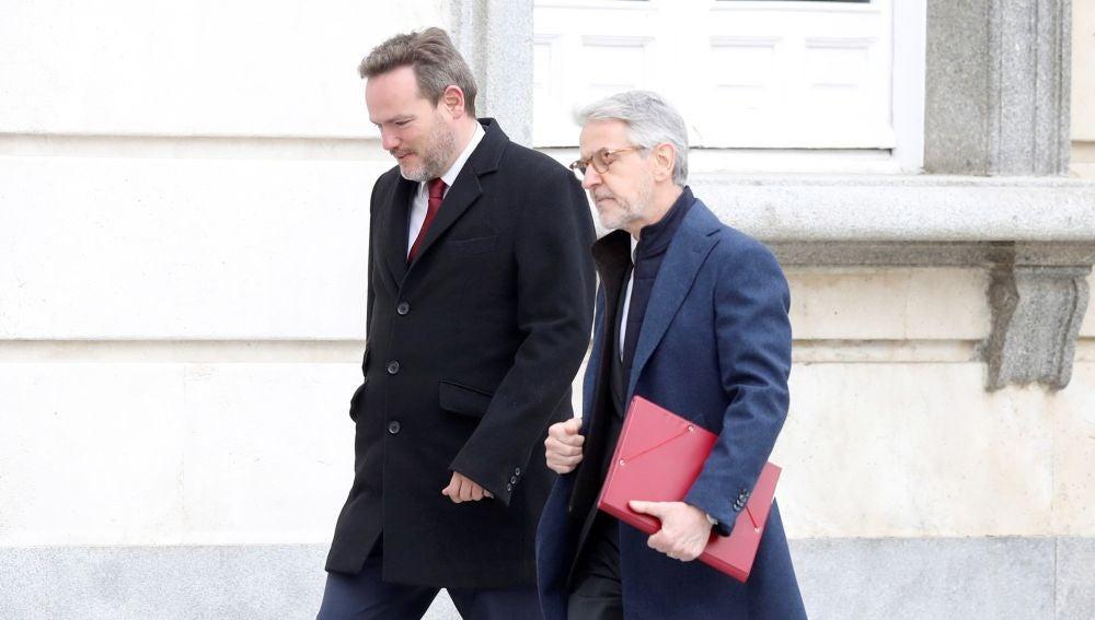 El secretario general técnico del Ministerio de Interior,Juan Antonio Puigserver (d) , a su llegada al TS.