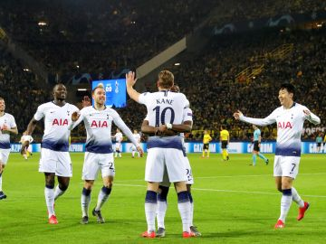 Harry Kane celebra con sus compañeros su gol con el Tottenham