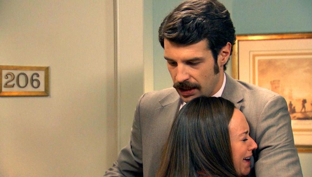 Mónica huye de su casa para esconderse en la habitación de su tío Carlos