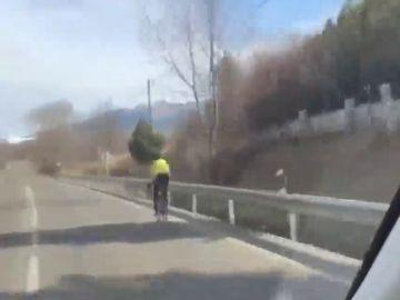 Leo Messi enseña cómo adelantar a un ciclista en carretera
