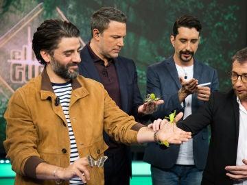 Ben Affleck y Oscar Isaac rodeados de insectos