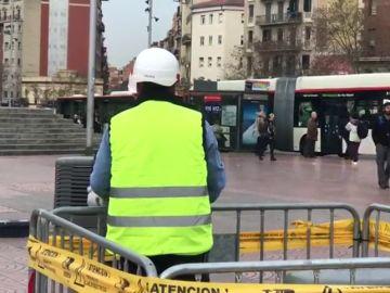 Rescatan a un niño con heridas leves tras caer a un foso de cuatro metros en Barcelona