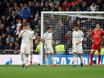 Los jugadores del Real Madrid se lamentan tras un gol del Ajax