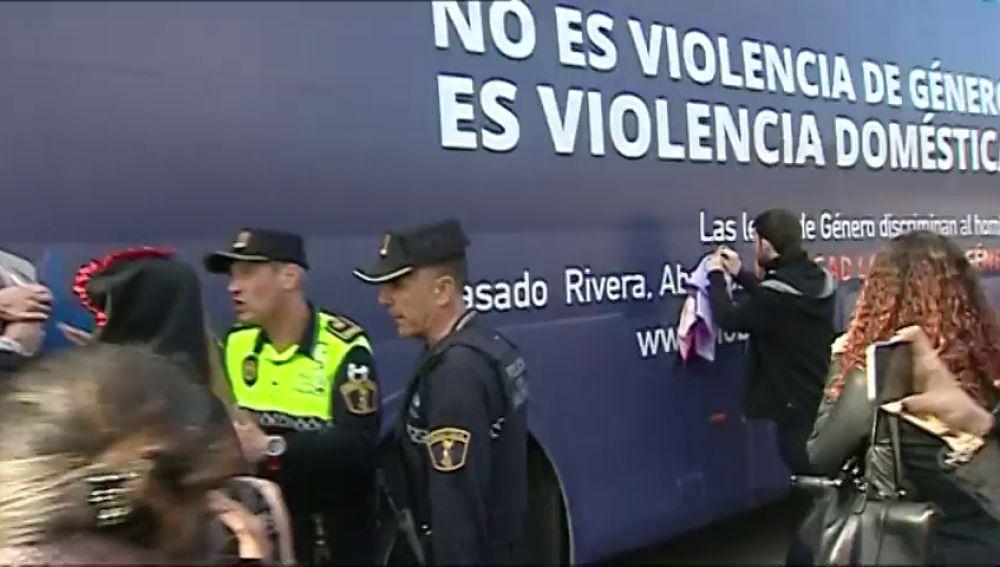 El autobús de 'Hazte Oír' continúa hacia Sevilla después de haber sido inmovilizado en Valencia