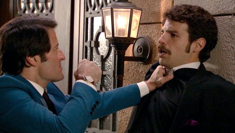 Gabriel le propina una paliza a Carlos