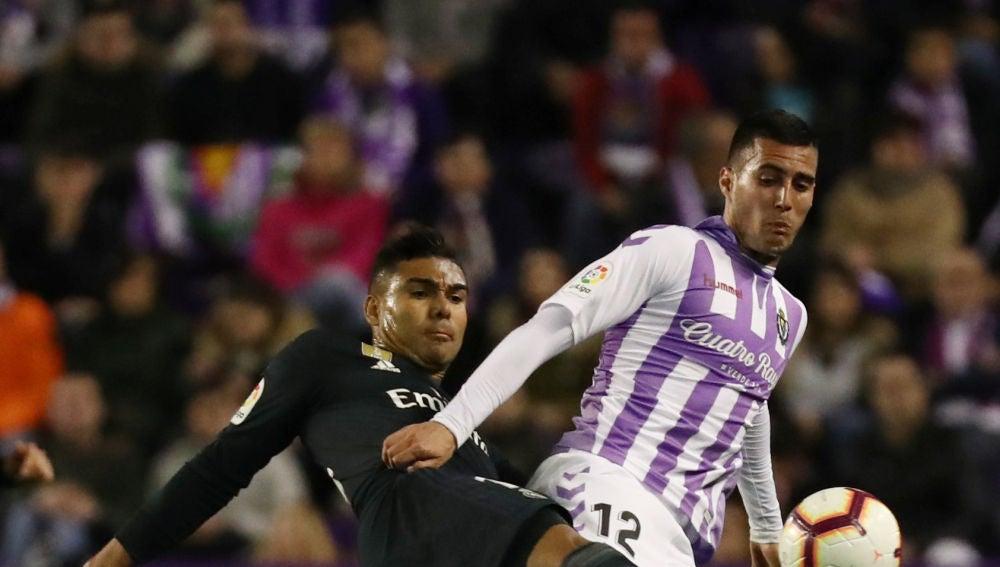 Casemiro y Sergi Guardiola se disputan la posesión del balón
