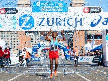 Alemu Bekele cruza la meta de la maratón de Barcelona