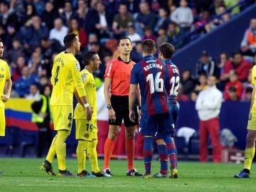 Momento del partido entre Levante y Villarreal