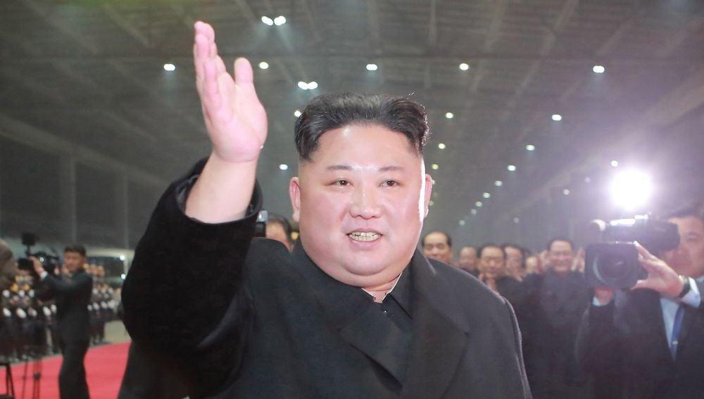 El líder supremo de Corea del Norte, Kim Jong Un, saluda a la multitud.