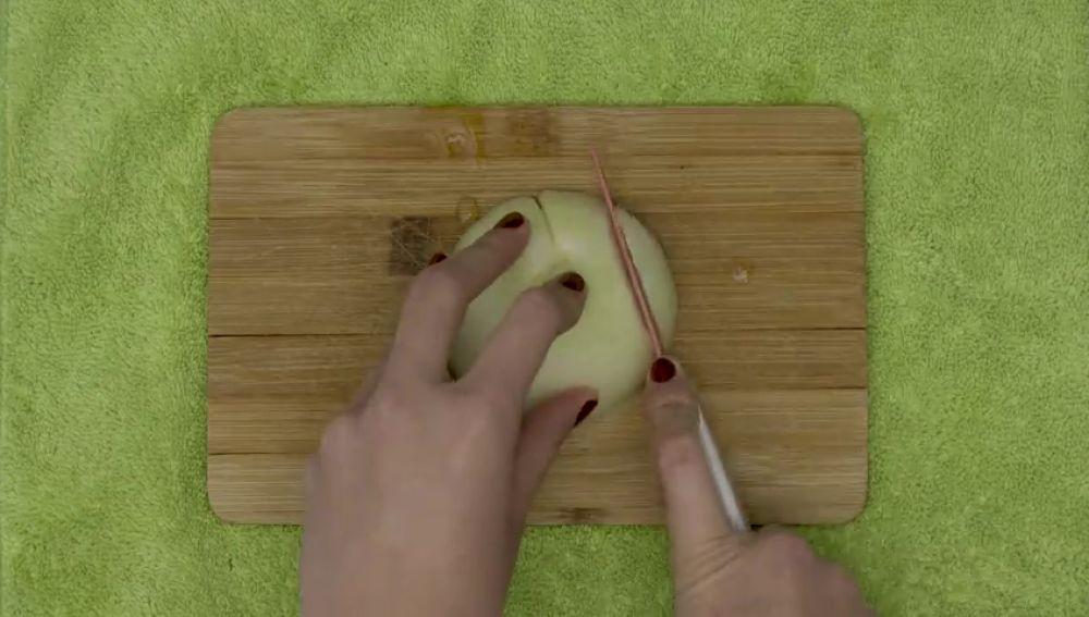 Con este truco dejarás de llorar al cortar cebolla