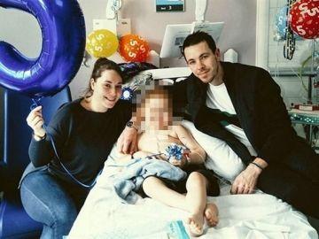Oscar Saxelby-Lee junto a sus padres en el hospital