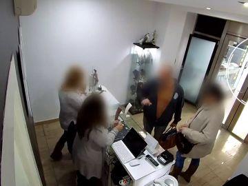 Dos delincuentes atracan una joyería a mazazos en Barcelona