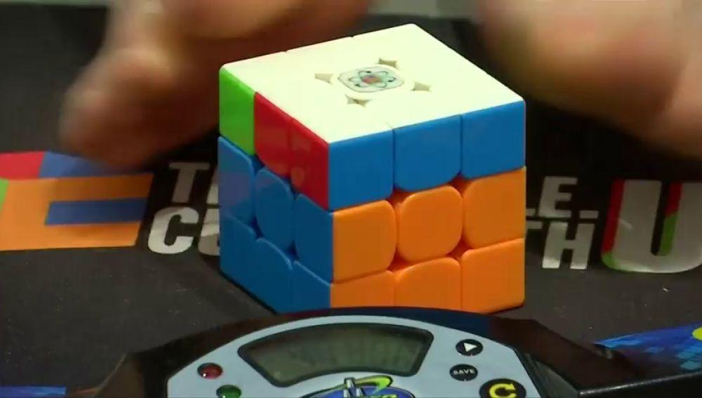 Daniel Rose, el joven que arma un cubo de Rubick con los pies en 17 segundos
