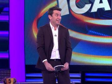 Arturo Valls juega con el público de '¡Ahora caigo!' a adivinar los programas de Antena 3