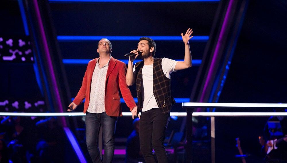 Vídeo: Javi Moya y Shadday López cantan 'Soldadito Marinero' en la Batalla de 'La Voz'