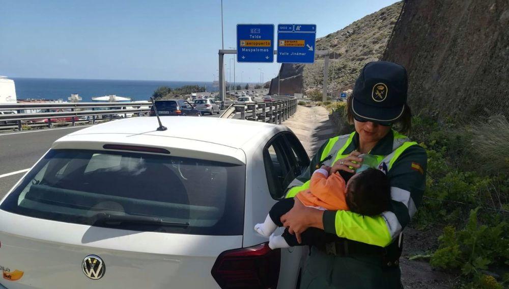 La guardia civil dando el biberón al bebé