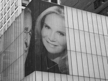 El retrato colocado en la esquina de 342 Park Avenue