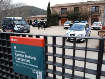Mossos d'esquadra y policia local ante el centro de Castelldefels (Barcelona)