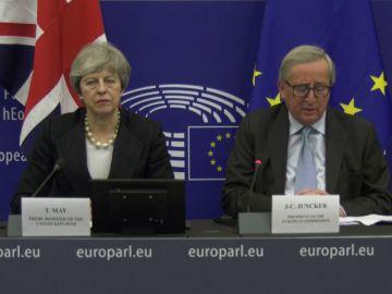 Juncker y May acuerdan un instrumento para aumentar las garantías sobre salvaguarda