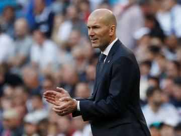 Zinedine Zidane aplaude a sus jugadores desde la banda