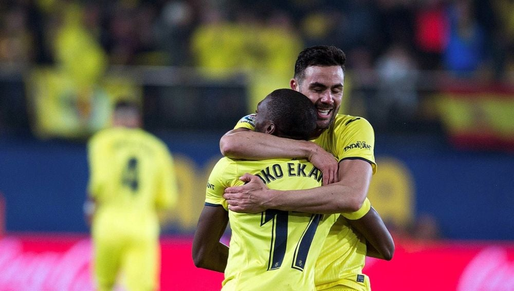 Iborra y Ekambi se abrazan para celebrar el gol del Villarreal