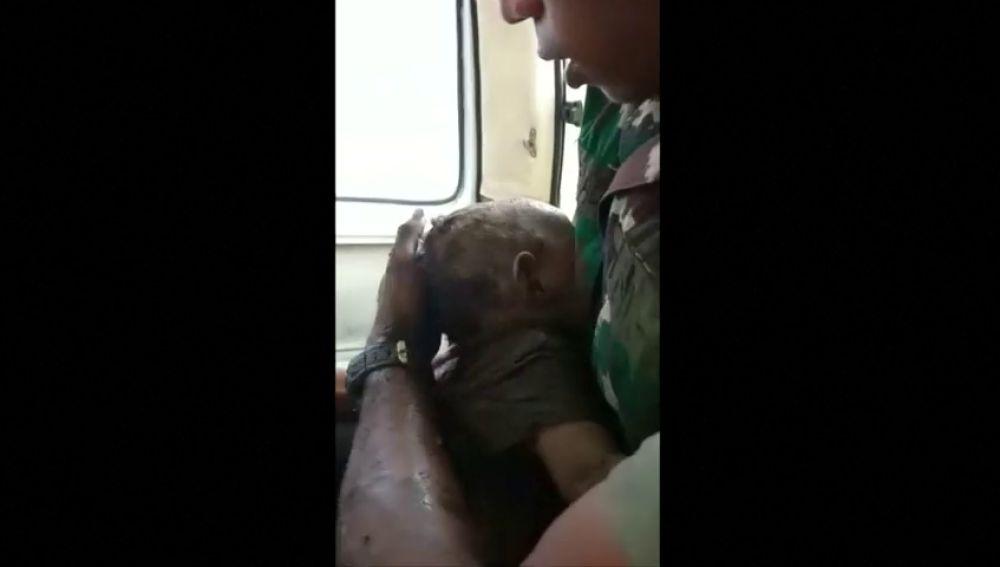 Rescatan vivo a un bebé que quedó atrapado entre los escombros por las inundaciones en Indonesia