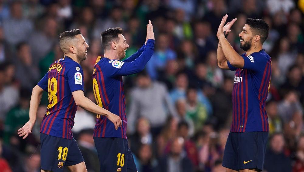 Messi y Suárez se felicitan por el gol del Barça