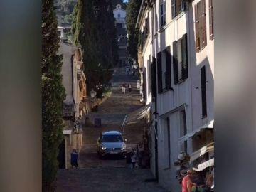 Un coche desciende por unas escaleras en Mallorca