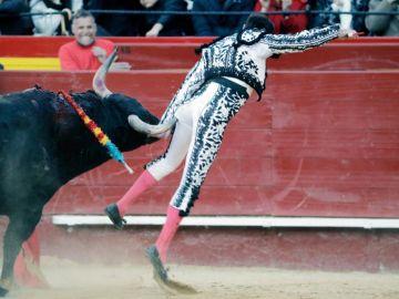 El diestro, Enrique Ponce, durante la cogida en la Plaza de Toros de Valencia