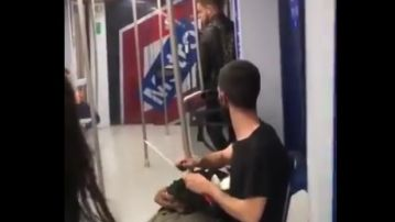 Un joven afilando un cuchillo en el Metro de Madrid