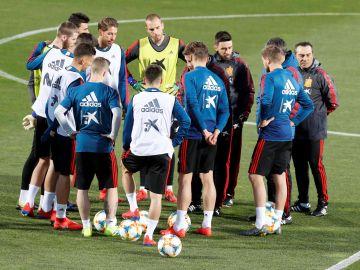 Los jugadores españoles, durante un entrenamiento con la Selección
