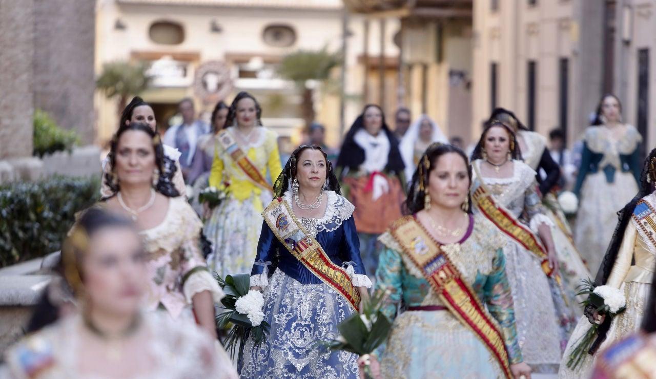 Las Fallas desfilan ante la Virgen de los Desamparados.