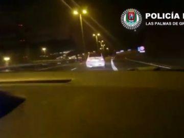 Se da a la fuga en un control policial y comienza una persecución