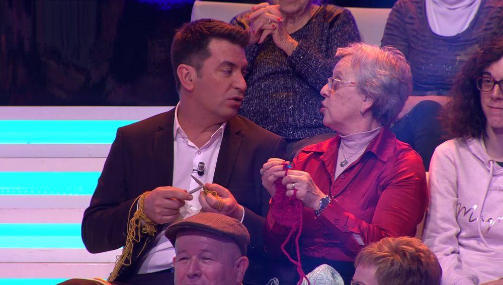 Arturo Valls descubre en '¡Ahora caigo!' su pasión por el punto y el ganchillo