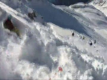 Las impactantes imágenes de un grupo de esquiadores sorprendidos por una avalancha en Austria