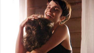 Nina seduce a Max para intentar arruinarlo