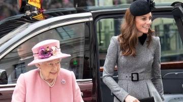Kate Middleton, de acto junto a la Reina Isabel II