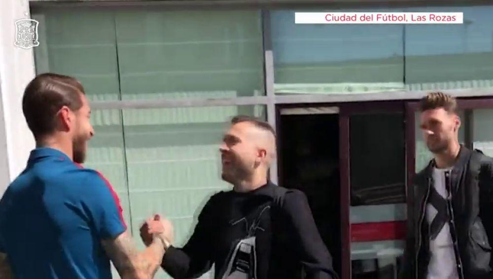 Sergio Ramos ejerce de capitán y recibe a todos sus compañeros