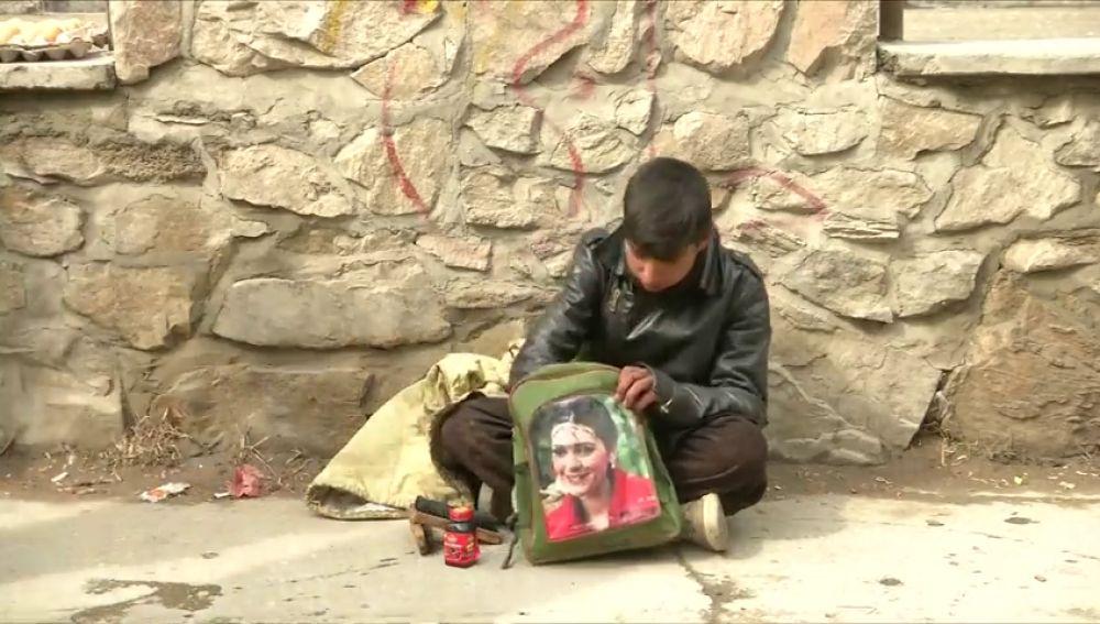 Así es el dramático día a día de un niño afgano