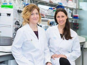 Las investigadoras Marie-Eve Beaulieu y Laura Soucek en el Institut de Oncología Vall d'Hebron