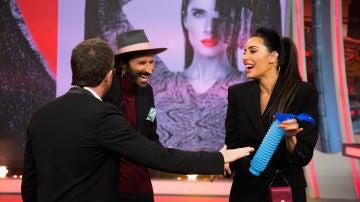 Pilar Rubio sorprende a Leiva en 'El Hormiguero 3.0' con un baño unisex portátil