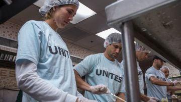 Muguruza y Ferrer, en un comedor social en Miami